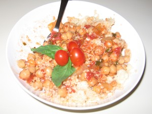 Chickpeas and couscous, with accessories.
